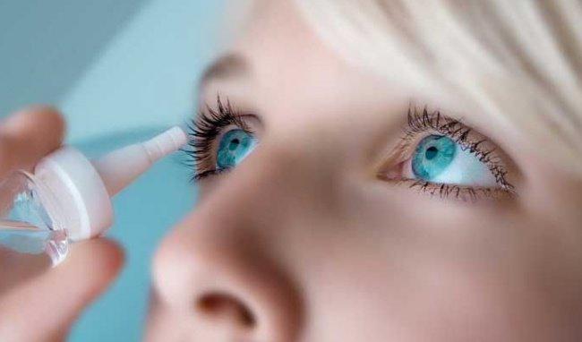 Sử dụng nước mắt nhân tạo để điều trị khô mắt